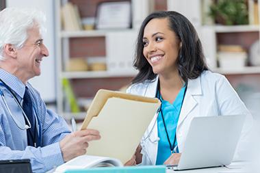 Superviseur avec une étudiante en médecine