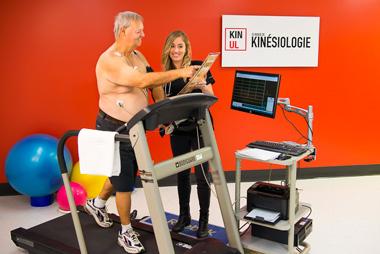Kinésiologue accompagnant un patient durant un exercice cardiovaculaire