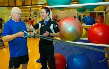 Kinésiologue conseillant un patient durant un exercice de musculation