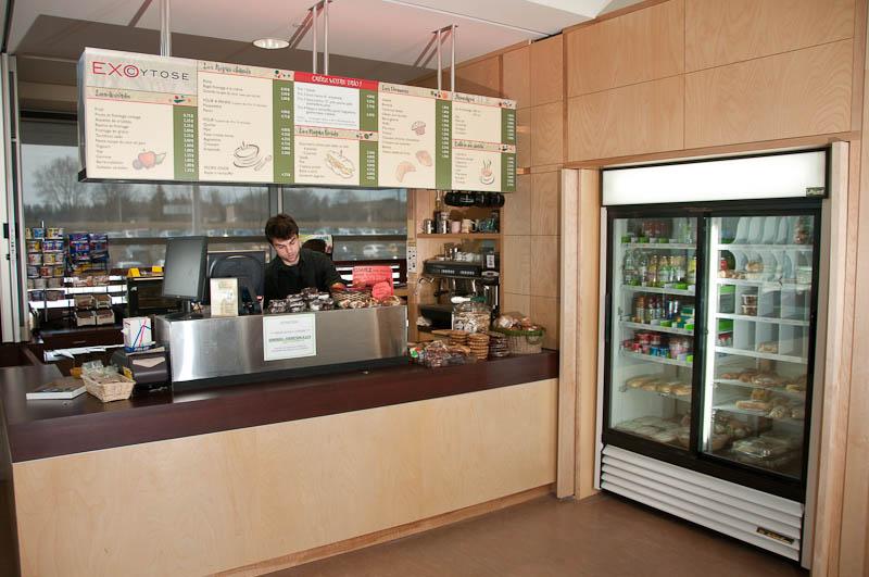 Photo du comptoir de service du Café Exocytose