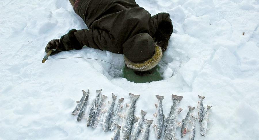 inuit pêche couché sur la glace